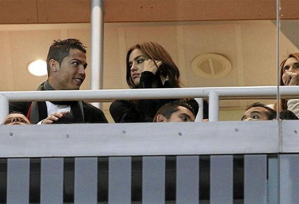 Ronaldo vô tư âu yếm bạn gái nơi công cộng 4