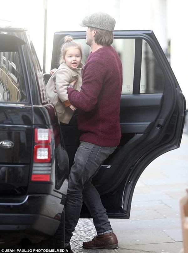 Bé Harper Seven tươi rói dạo phố bên bố Beckham 5