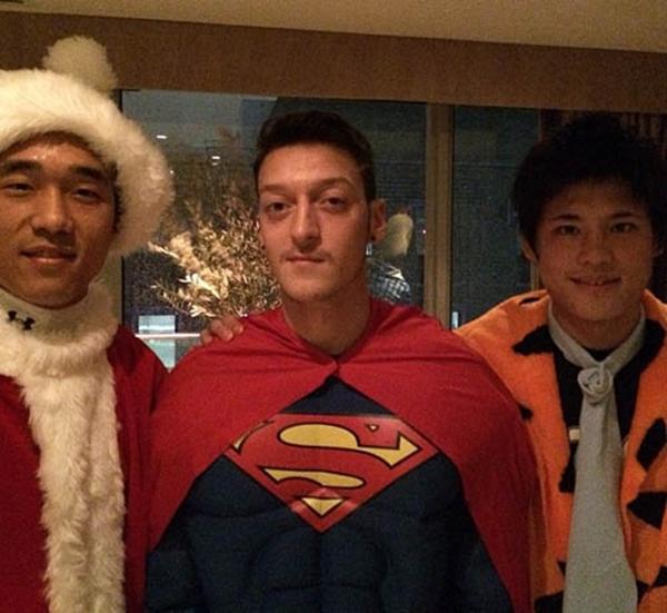 Mesut Ozil hóa Superman cực ngầu trong tiệc Giáng sinh của Arsenal 3
