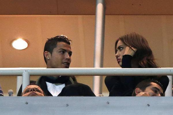 Ronaldo vô tư âu yếm bạn gái nơi công cộng 5