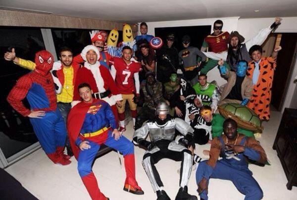 Mesut Ozil hóa Superman cực ngầu trong tiệc Giáng sinh của Arsenal 1