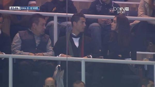 Ronaldo vô tư âu yếm bạn gái nơi công cộng 7