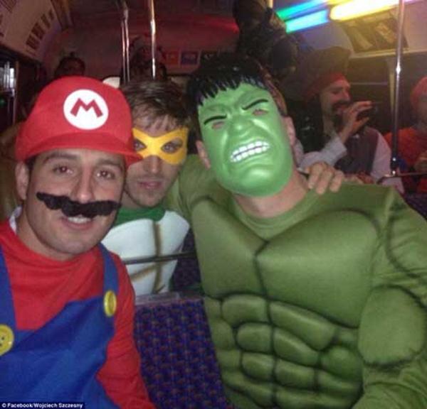 Mesut Ozil hóa Superman cực ngầu trong tiệc Giáng sinh của Arsenal 8