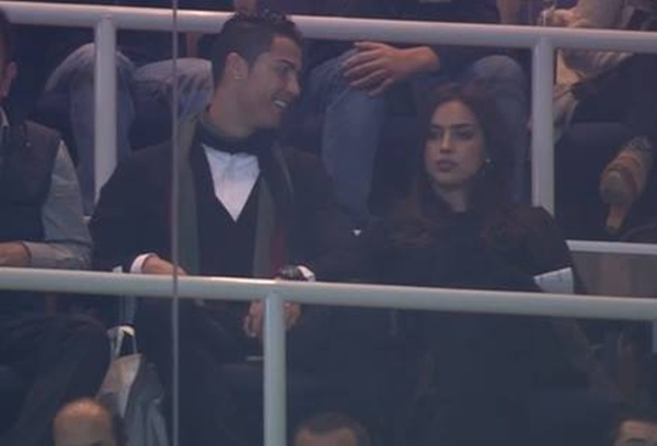 Ronaldo vô tư âu yếm bạn gái nơi công cộng 6