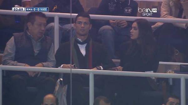 Ronaldo vô tư âu yếm bạn gái nơi công cộng 8