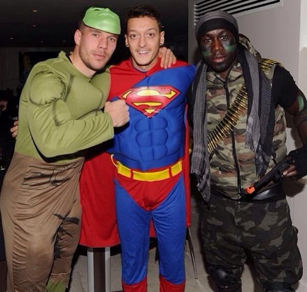 Mesut Ozil hóa Superman cực ngầu trong tiệc Giáng sinh của Arsenal 4