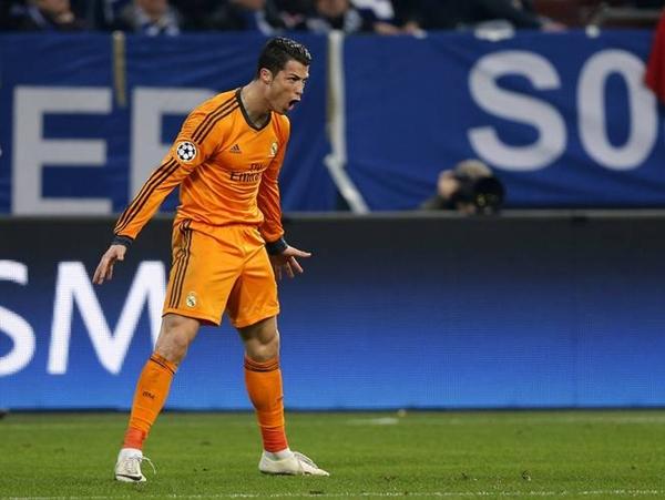 """Cả tá cầu thủ không """"vật"""" được người khổng lồ Ronaldo 2"""