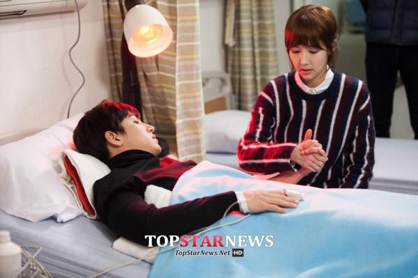 Park Min Young săm soi gương mặt điển trai của bạn diễn 1