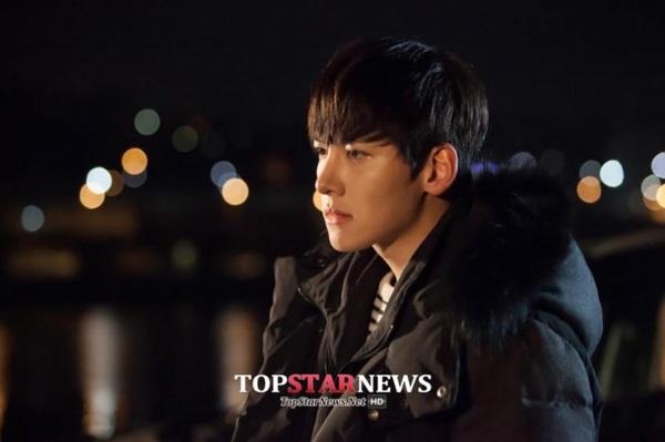 Park Min Young săm soi gương mặt điển trai của bạn diễn 3