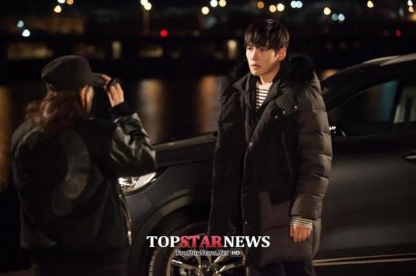 Park Min Young săm soi gương mặt điển trai của bạn diễn 4
