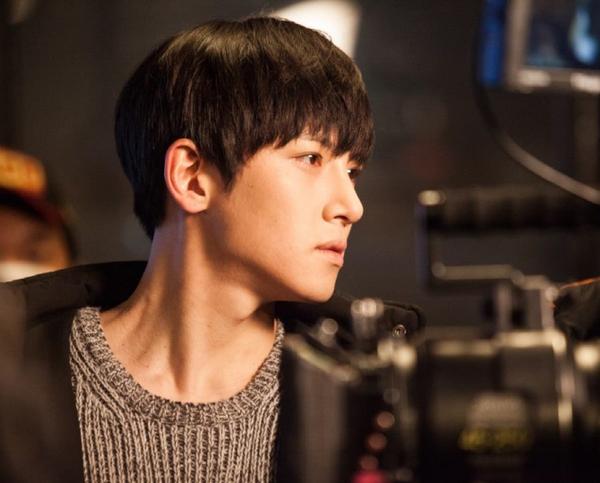 Ji Chang Wook tình tứ khoác áo cho Park Min Young 3