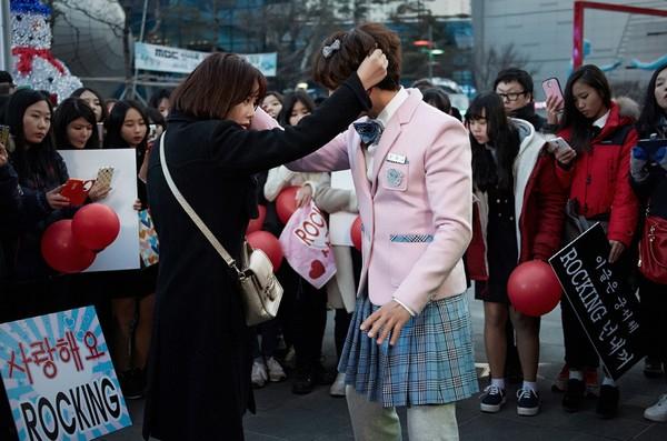 """""""Nữ sinh váy hồng"""" Ji Sung ẩu đả với bạn gái giữa phố xá 1"""
