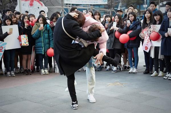 """""""Nữ sinh váy hồng"""" Ji Sung ẩu đả với bạn gái giữa phố xá 2"""
