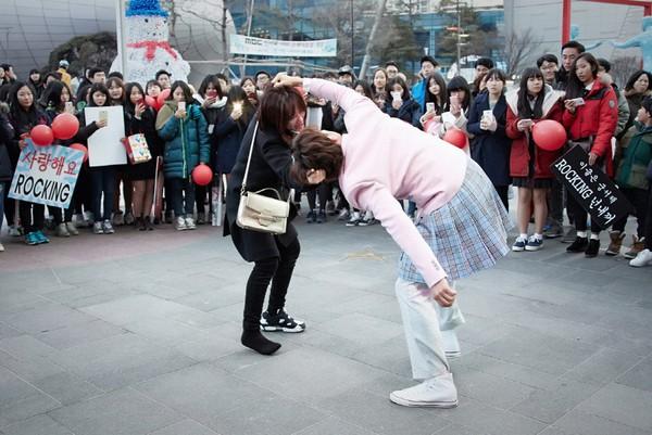 """""""Nữ sinh váy hồng"""" Ji Sung ẩu đả với bạn gái giữa phố xá 3"""