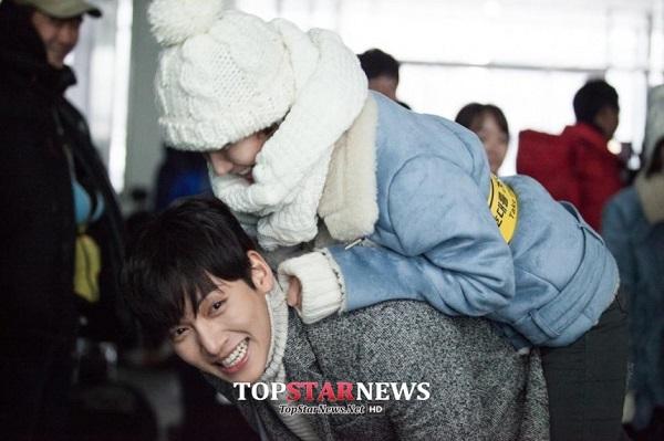 Park Min Young sướng rơn vì được trai đẹp cõng 1