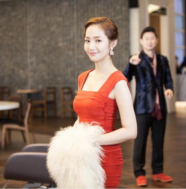 """Park Min Young """"lột xác"""" thành quý cô sang chảnh 2"""
