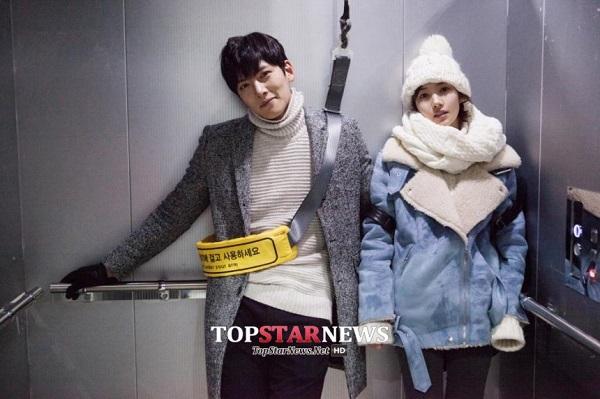 Park Min Young sướng rơn vì được trai đẹp cõng 2