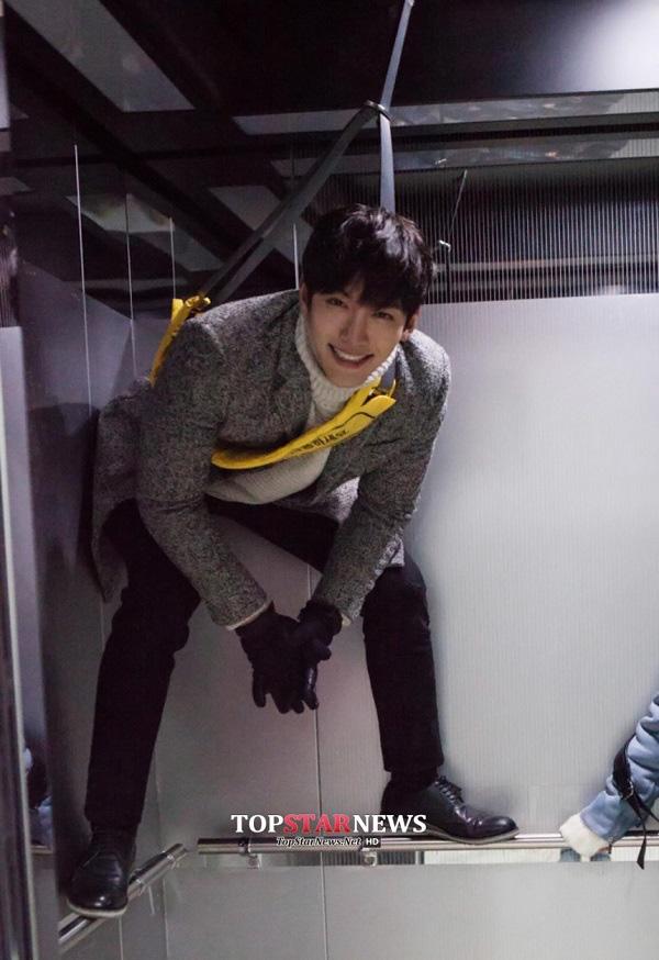 Park Min Young sướng rơn vì được trai đẹp cõng 5