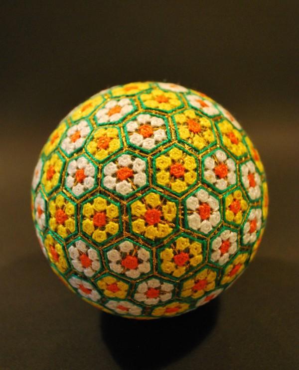 Bộ sưu tập những quả bóng đan bằng tay tinh xảo được làm bởi bà cụ 92 tuổi 1