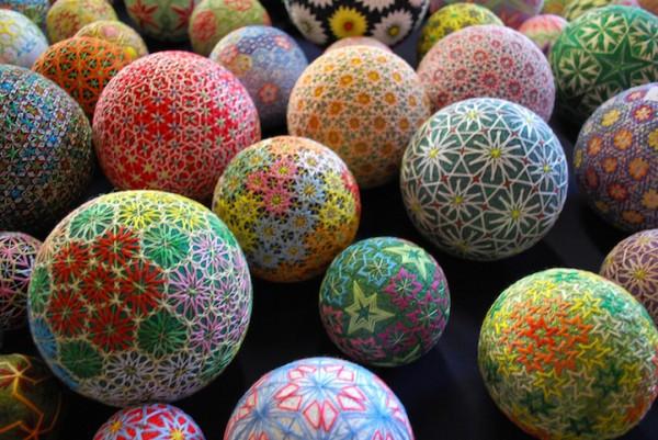 Bộ sưu tập những quả bóng đan bằng tay tinh xảo được làm bởi bà cụ 92 tuổi 9
