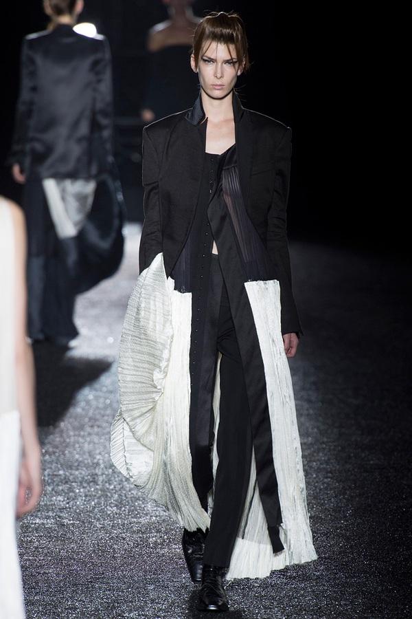 Loạt xu hướng xưa cũ quay trở lại tại Paris Fashion Week 26
