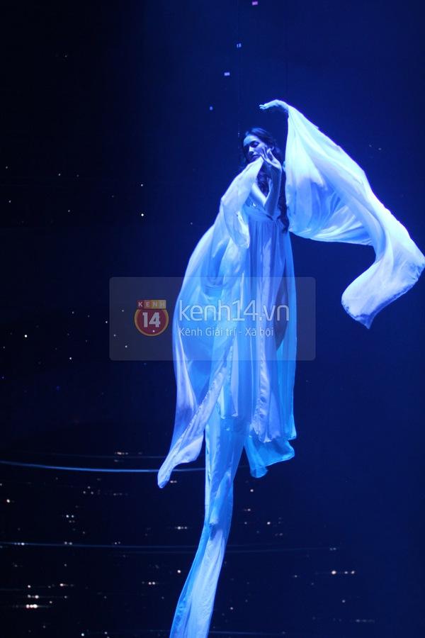 Hà Hồ, Thanh Hằng & NTK Công Trí cùng mặc chung 1 chiếc váy  2