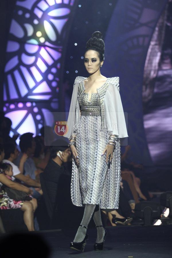 Hà Hồ, Thanh Hằng & NTK Công Trí cùng mặc chung 1 chiếc váy  56