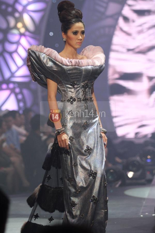 Hà Hồ, Thanh Hằng & NTK Công Trí cùng mặc chung 1 chiếc váy  70