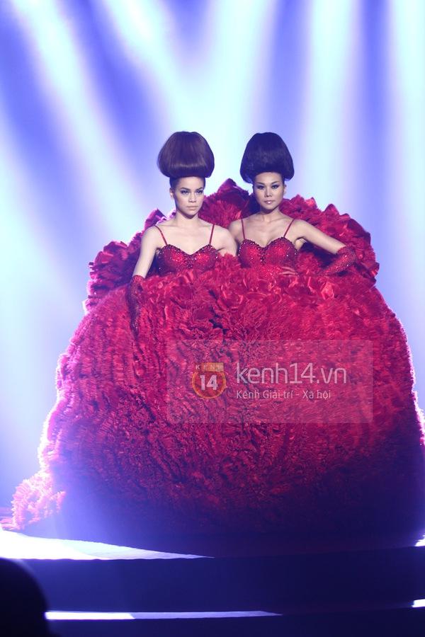 Hà Hồ, Thanh Hằng & NTK Công Trí cùng mặc chung 1 chiếc váy  77