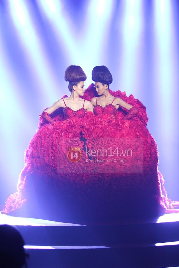 Hà Hồ, Thanh Hằng & NTK Công Trí cùng mặc chung 1 chiếc váy  78