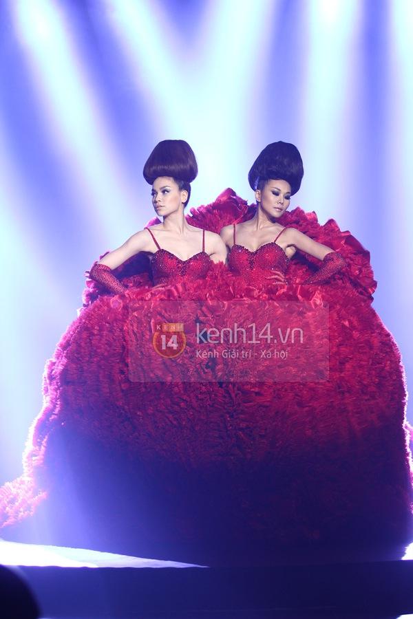 Hà Hồ, Thanh Hằng & NTK Công Trí cùng mặc chung 1 chiếc váy  79