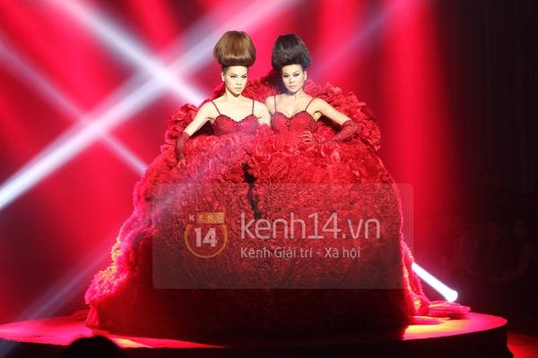 Hà Hồ, Thanh Hằng & NTK Công Trí cùng mặc chung 1 chiếc váy  80