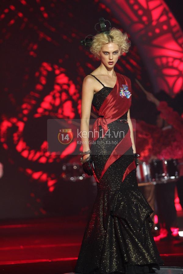 Hà Hồ, Thanh Hằng & NTK Công Trí cùng mặc chung 1 chiếc váy  40