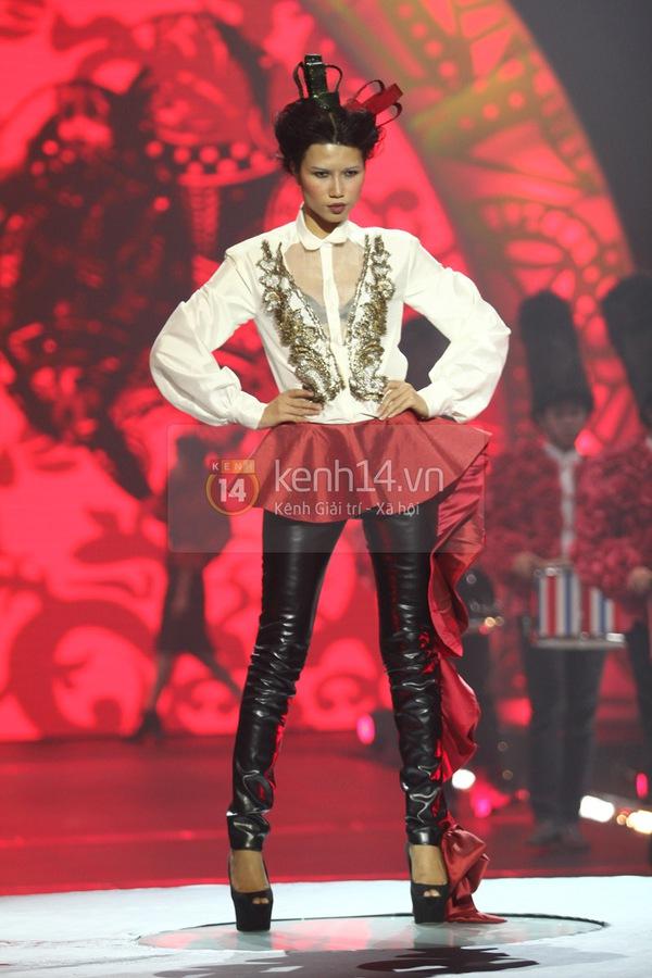 Hà Hồ, Thanh Hằng & NTK Công Trí cùng mặc chung 1 chiếc váy  42