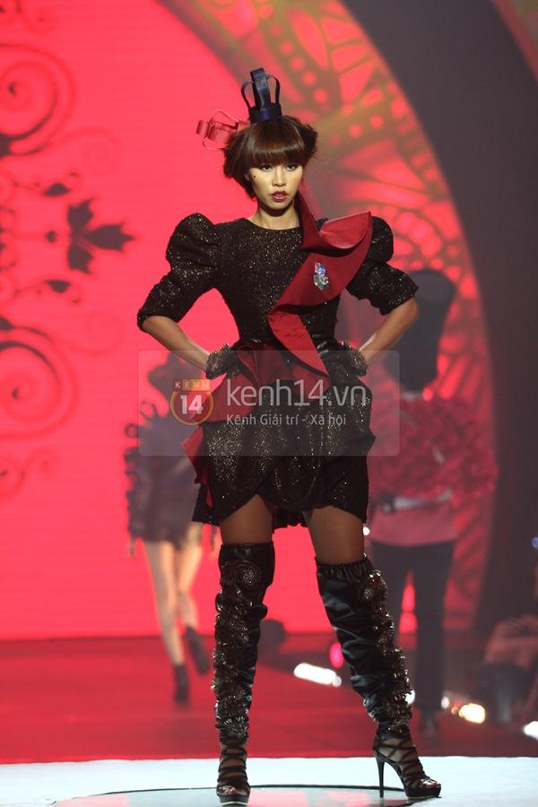 Hà Hồ, Thanh Hằng & NTK Công Trí cùng mặc chung 1 chiếc váy  47