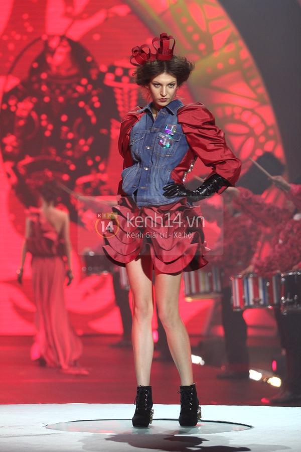 Hà Hồ, Thanh Hằng & NTK Công Trí cùng mặc chung 1 chiếc váy  52