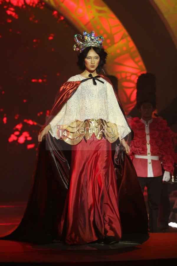 Hà Hồ, Thanh Hằng & NTK Công Trí cùng mặc chung 1 chiếc váy  55
