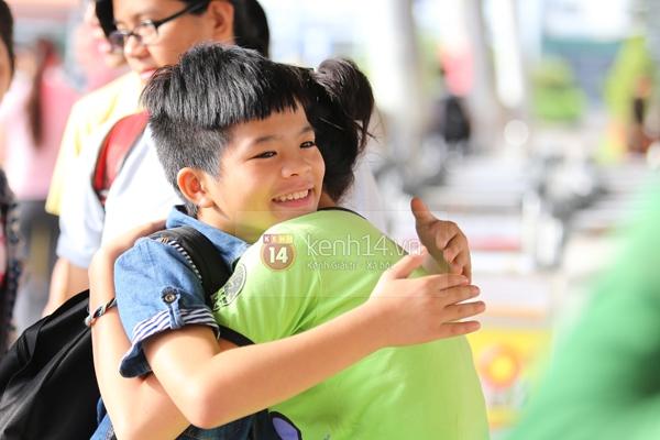 Quang Anh bịn rịn chia tay bạn bè và fan tại sân bay Tân Sơn Nhất 10