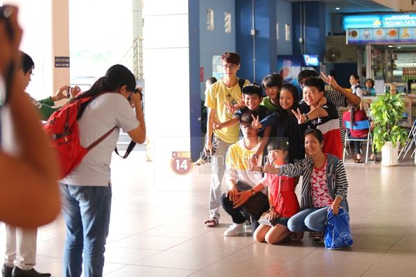 Quang Anh bịn rịn chia tay bạn bè và fan tại sân bay Tân Sơn Nhất 14