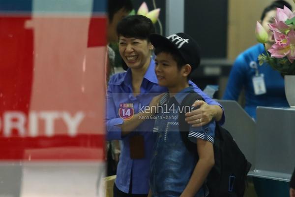 Quang Anh bịn rịn chia tay bạn bè và fan tại sân bay Tân Sơn Nhất 15