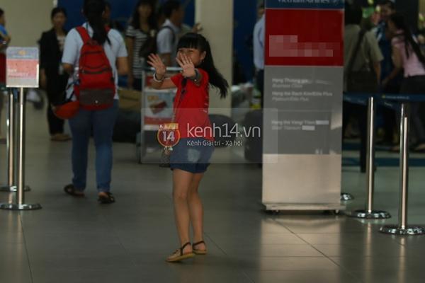 Quang Anh bịn rịn chia tay bạn bè và fan tại sân bay Tân Sơn Nhất 16