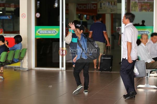 Quang Anh bịn rịn chia tay bạn bè và fan tại sân bay Tân Sơn Nhất 17