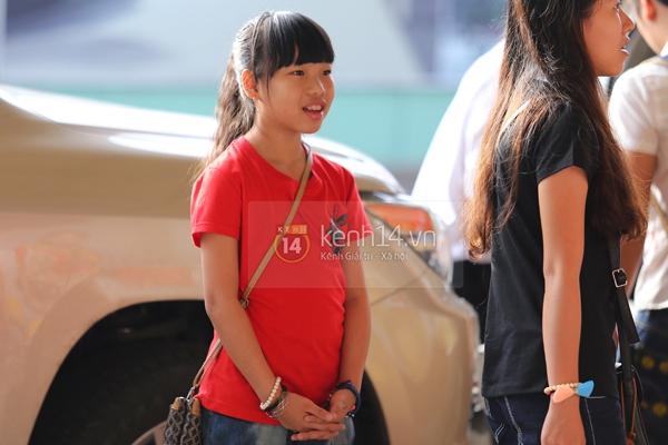 Quang Anh bịn rịn chia tay bạn bè và fan tại sân bay Tân Sơn Nhất 4