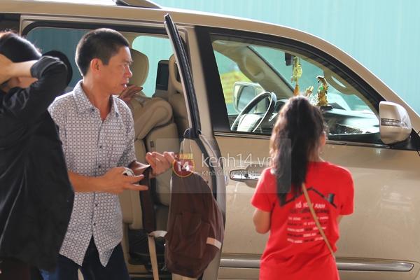 Quang Anh bịn rịn chia tay bạn bè và fan tại sân bay Tân Sơn Nhất 2