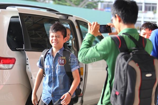Quang Anh bịn rịn chia tay bạn bè và fan tại sân bay Tân Sơn Nhất 6