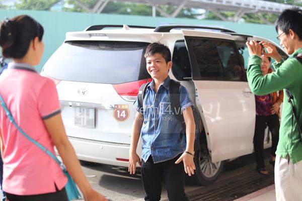 Quang Anh bịn rịn chia tay bạn bè và fan tại sân bay Tân Sơn Nhất 5