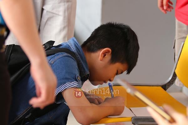Quang Anh bịn rịn chia tay bạn bè và fan tại sân bay Tân Sơn Nhất 7