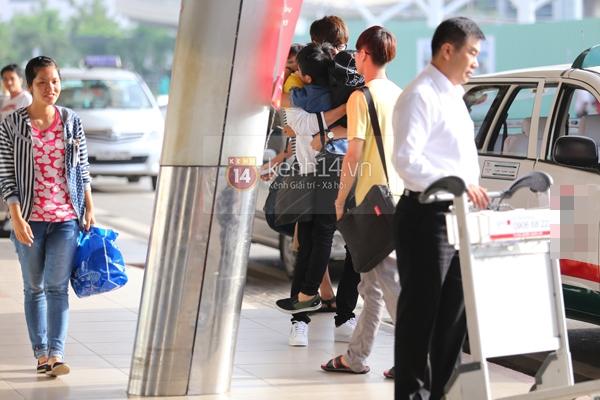 Quang Anh bịn rịn chia tay bạn bè và fan tại sân bay Tân Sơn Nhất 8