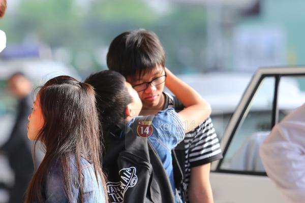 Quang Anh bịn rịn chia tay bạn bè và fan tại sân bay Tân Sơn Nhất 9