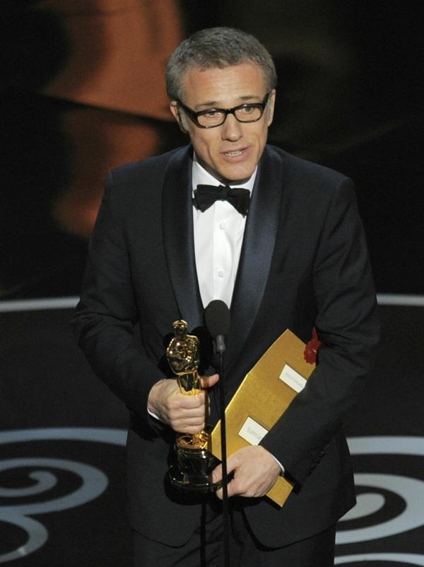"""""""Argo"""" vô địch Oscar, Nữ chính xuất sắc vấp ngã khi lên nhận giải 15"""